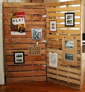Ideas para decorar con palets reciclados. Un fantástico y práctico separador de ambiente.