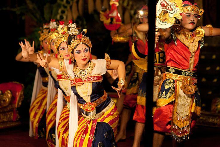 """Балийцы очень танцевальный народ. Танец с незапамятных времен сопровождали религиозную церемонию. У них было двойное назначение: отпугивать демонов и обучать детей. Балийские танцы с множеством исполнителей в национальных костюмах можно увидеть в отелях во время вечерних шоу, в ресторанах, на специальных площадках. Это театрализованные представления, общий смысл которых основан на вечной борьбе """"добра и зла"""". Самые величественные и популярные из них — это массовые танцы Кеsак и Barong-Kris."""