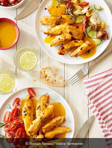 FILETS DE POULET POÊLÉS ABRICOT-ROMARIN Ingrédients pour 4 personnes : 4 filets de poulet fermier St SEVER Label Rouge 1 gousse d'ail 2 branches de romarin 1 cuillère à café de 5 baies 4 cuillères à soupe de miel 1 cuillère à café de curry doux en poudre 22 cl d'huile d'olive 1 cuillère à soupe de farine de maïs 70 cl de jus d'abricot Sel et poivre du moulin Une recette bluffante qui est ultra-facile à préparer ! Se faire plaisir en faisant le pleins de vitamines, c'est toujours meilleur ;-)