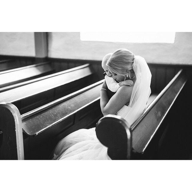 Elsker dette øyeblikket mellom mor og sønn etter vielsen 💕👼 #nygift #brud #morogbarn #motherslove #momentstudio #bryllupsfotograf