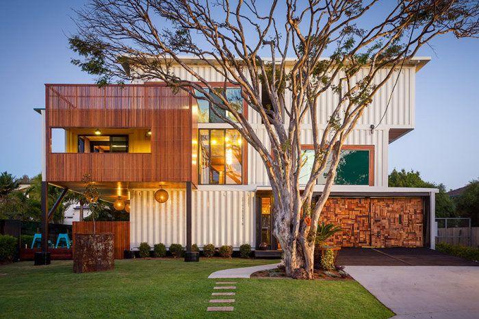 Шикарный особняк, построенный из 31 контейнера   Когда речь заходит о домах, сделанных из контейнеров, воображение тут же рисует что-то небольшое и компактное. Архитектор из Австралии решил сломать этот стереотип и представил шикарный трехэтажный дом, выполненный из 31 морского контейнера.  Todd Miller из архитектурного бюро Zeliger Buile является автором дома из контейнеров, расположенного недалеко от города Брисбен (Австралия). Архитектор решил не мелочиться и выполнить особняк из 31…