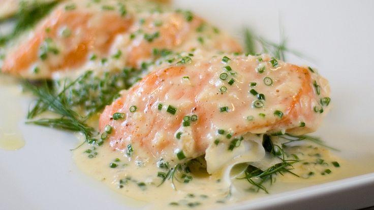 Andreas Myhrvold serverer ovnsbakt laks med smørsaus og salat med rettich og agurk. Oppskriftene på tilbehøret ser du nederst. Foto: Ole Andreas Bø/NRK