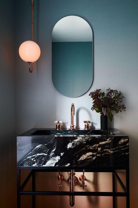 schlichtes modernes Badezimmer mit ovalem Spiegel …