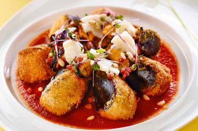 Midii umplute, servite alături de piept de raţă şi sos de roşii- Midiile cu cochilie pot fi gătite nu doar cu cartofi prăjiţi şi usturoi, ci şi umplute. La fel, pieptul de raţă afumat, un ingredient mai deosebit, poate fi folosit cubuleţe, nu doar ca bucată întreagă, astfel încât dintr-unul să obţii două porţii! (click pe poză pentru reţetă)