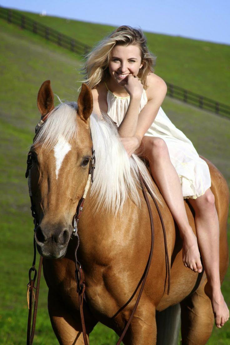 α ɠirls ɓest ʄriend is her horse!!! This is a great senior picture