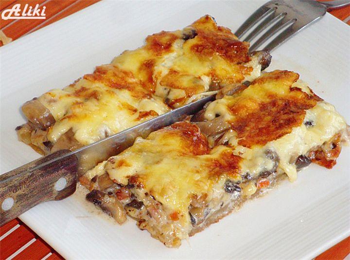 Πεντανόστιμη Μανιταρόπιτα! -  Μανιταρόπιτα ζουμερή και φανταστική!  Υλικά  1 φύλλο σφολιάτας 600 γρ. Μανιτάρια 150 γρ. Μπέικον 250 γρ. Σκληρό τυρί  250 ml. Κρέμα γάλακτος 1 ζωμό λαχανικών  Αλάτι, πιπέρι           Κόβετε το μπέικον σε κύβους και το τσιγαρίζετε. Προσθέτετε τα μανιτάρια, το ζωμό, πιπέρι, λίγο αλάτι  και τα ψήνετε περίπου 15 λεπτά. Κατά την διάρκεια του ψησίματος των υλικών,τρυπάτε την σφολιάτα με ένα πιρούνι και την βάζετε σε προθερμασμένο φούρνο στους 200 βαθμούς γύρω