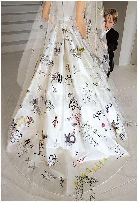 Para ver mais detalhadamente: Vestido de Angelina Jolie desenhado por seus filhos.