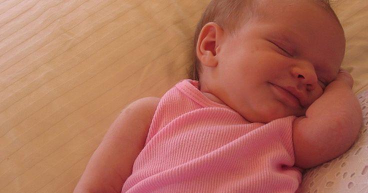 O que aplicar no rosto de um bebê com erupção cutânea. Ao trazer seu bebê do hospital, a pele dele é lisa e macia. Mas depois de 2 a 3 semanas, você vê várias saliências vermelhas de acne cobrindo seu rosto. Essa condição, chamada de acne do bebê, é comum entre os recém-nascidos. E é causada pelo hormônio da mãe que passa para a criança. Na maioria dos casos, a acne parece pior do que realmente é, por ...