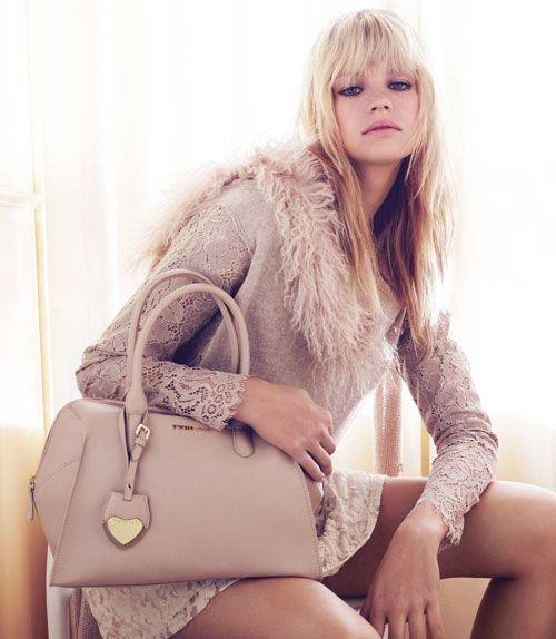 La nuova collezione borse Twin Set autunno inverno 2016 si caratterizza per la maestria Made in Italy, nonché per l'attenzione che viene data ai dettagli decorativi e no. Dallo stile femminile e ro...