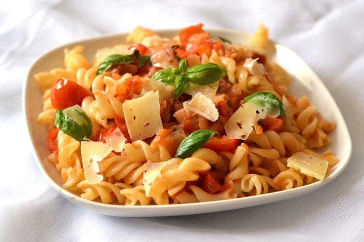 Paradicsomos-baconos tészta recept: Villámgyorsan elkészíthető egytálétel recept vacsorára. Friss paradicsommal, és bazsalikommal ... Isteni finom! :)