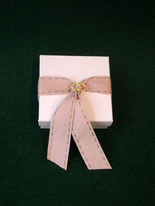 Μπομπονιέρα γάμου κουτί με χρυσαφί στεφανάκια