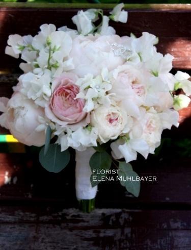Букет невесты из садовых роз и душистого горошка