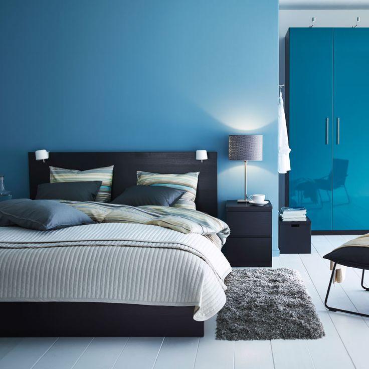 Camera da letto moderna nei toni del blu e del nero, con letto MALM nero e guardaroba PAX turchese lucido