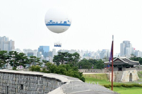 헬륨기구 타고 하늘에서 수원화성 여행!...'플라잉수원' 경기도 수원시 팔달구 창룡문 주차장