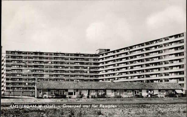 1957 ca Gezicht vanuit het zuiden op een rij bejaardenwoningen aan het Groenpad met erachter de flats aan Remijden. Op de voorgrond de Osdorpergracht.