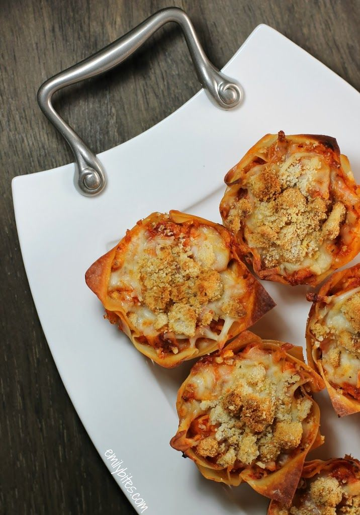 Chicken Parmesan Wonton Cups: all the saucy, cheesy goodness you crave. The crouton crumbs on top give it that crunchy, breaded texture of chicken parmesan from an Italian restaurant and each cup is just 159 calories or 4 Weight Watchers points.