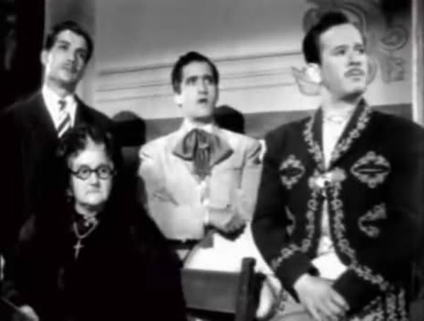 Víctor Manuel Mendoza, Abel Salazar, Sara García y Pedro Infante, en una escena de la película Los tres García (1946).