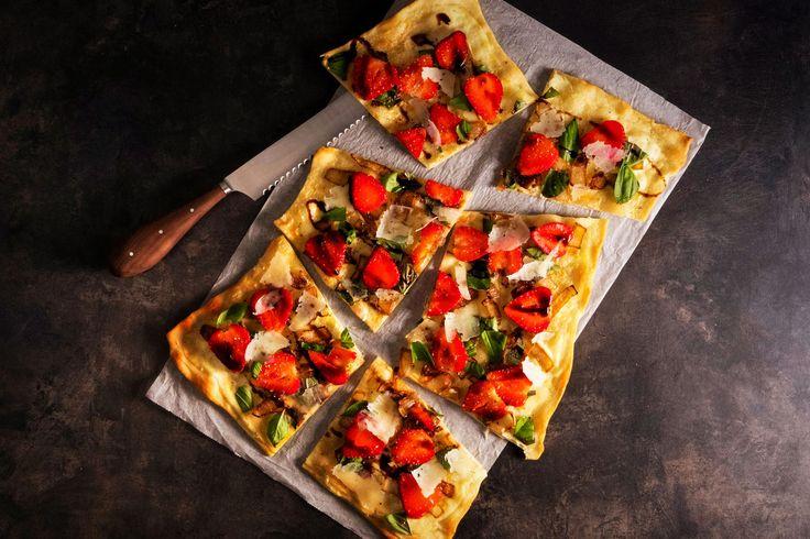 Bei heißen Temperaturen isst man am liebsten Früchte oder eben leichte Speisen. Unser selbstgemachter süß-salziger Flammkuchen mit frischen Erdbeeren ist genau das richtige für diese Sommertage. Jetzt Rezept entdecken.