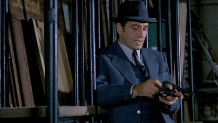 Un comisar acuză este un film de acțiune, în care îi poți vedea în rolurile principale pe Sergiu Nicolaescu, Gheorghe Dinică, Jean Constantin, Amza Pellea, Ion Besoiu și Emmerich Schäffer.
