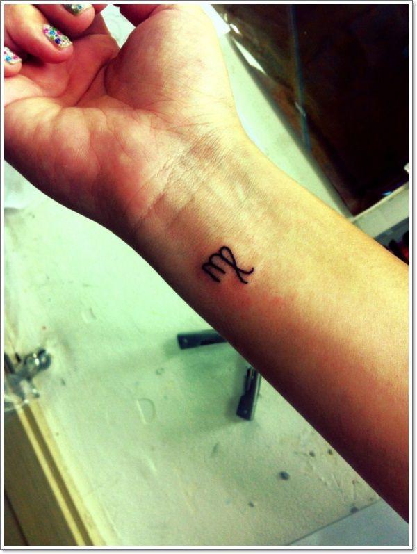 Mignon et discret tatouage signe du zodiaque vierge