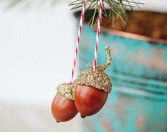 Zoete weinig eikels te gebruiken bij uw Thanksgiving diner plaats instellingen, hangen af van uw kerstboom, een pakket, boven een deuropening, op de mantel... of waar anders u wenst een aanraking van schoonheid van het bos van afgestoft in gouden glitter.  Elk sieraad bestaat uit twee echte eikels en echte caps gekoppeld met een rode en witte strik gebonden in bakkershoning bindgaren, de glans van de caps in mooie gouden glitter.  Soortgelijke gouden eikels werden liefdevol gemaakt als de…
