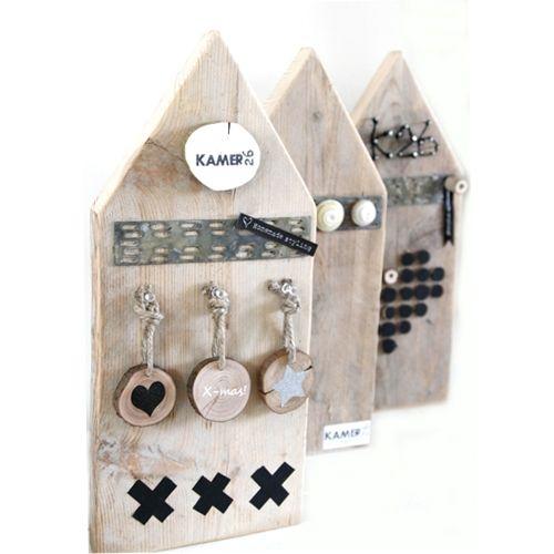 Prik magneetbordje Huisje  D.m.v. een magneetstrip en punaises kun je de leukste accessoires op het huisje bevstigen en ook weer makkelijk veranderen aan bv. de seizoenen.  Formaat:20x45 cm met een puntdak ca.2 cm dik (gezien bij kamer 26)