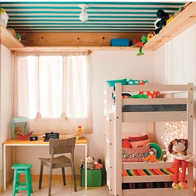 Detalhe prateleira e papel de parede no teto