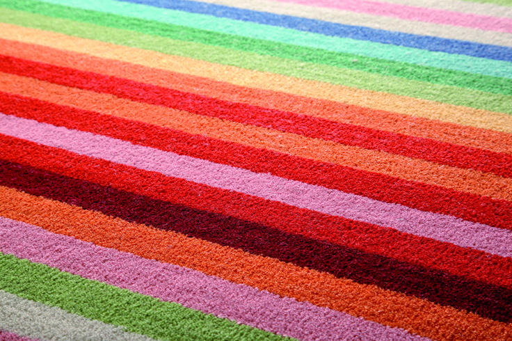 Ein fröhlicher Streifenteppich der eine positive Grundstimmung in die Wohnung holt.