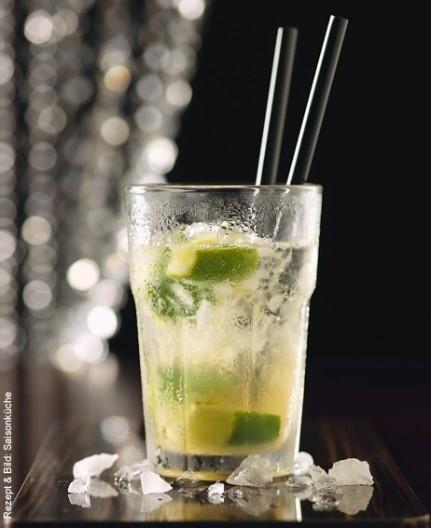 Flauder-Caipirinha Zutaten  1 Limette  2 TL Rohzucker  5 EL Eis, zerstossen (Crushed Ice)  1 dl Flauder, gekühlt    Zubereitung  Die Limette in 8 Stücke schneiden. Mit dem Rohrzucker in ein dickwandiges Glas geben. Mit einem Stössel zerdrücken. Eis beigeben, leicht mischen und mit Flauder auffüllen. Nach Belieben mit zwei Trinkhalmen servieren.