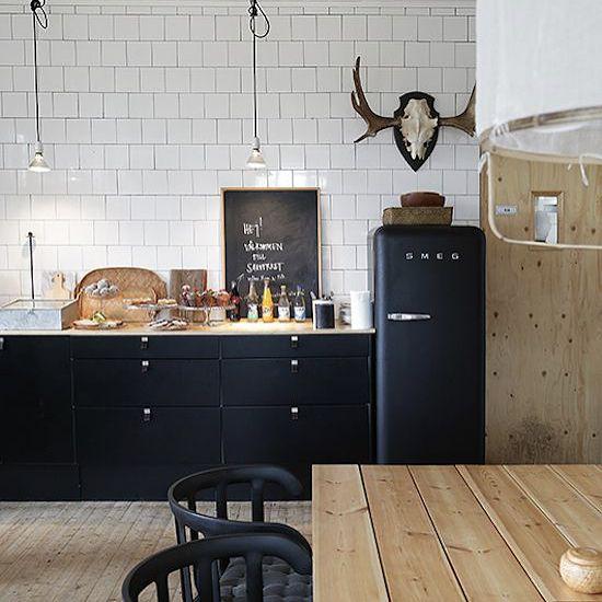 Ok, keuken wandtegels dus waarschijnlijk. Nu nog de vraag of we het gaan betegelen tot de afzuigkap of helemaal tot aan het plafond? Op de blog zie je meer voorbeelden. #keuken #kitchen #kok #smeg #interieur #interior #bolig