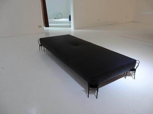 2012年 ミラノ・サローネ DILMOSの小さな椅子が脚になったベンチ