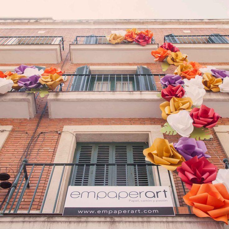 Realizamos un gran jardín vertical con papel en el barrio de las Letras de Madrid, dentro del Festival DecorAcción, una de las citas anuales más importantes de arte urbano en España promovida por la revista Nuevo Estilo. Con las flores como temática de la VI edición, nuestra instalación contó con decenas de ellas, hechas a …