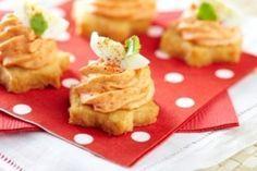 Pour l'apéritif, un fond de sablé au parmesan surmonté d'une mousse de poivrons rouges et d'un morceau d'œuf de caille dur.