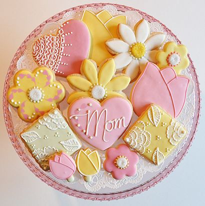 Love design on yellow cookie on left side Biscoitos Decorados