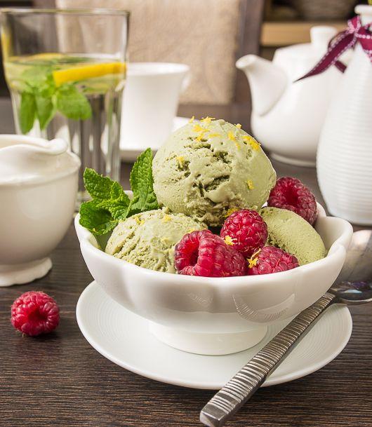 Этот должок висел у меня на душе, наверное, с год. Наконец-то отдаю и выдыхаю 🙂 Как раз и по погоде мороженое неплохо сейчас идет 🙂 Сразу скажу, что это мороженое – для конкретных любителей вкуса зеленого чая. Тем, кто привык к классическому пломбиру, это мороженое может показаться непривычным. В чистом…