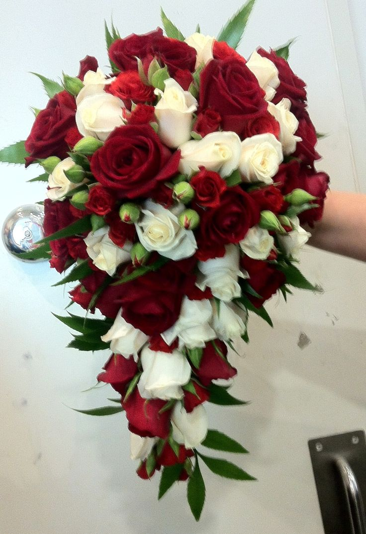 Teardrop with red and white roses (mini and standard) and bifeld fern