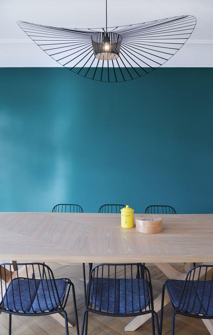Table Jane Rochebobois, suspension Vertigo Petite Friture, chaises Bop et mur bleu années 50 - Rénovation d'un appartement Art Déco dans un style nordique - Agence Avous - Architecture Intérieure - Paris