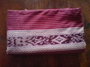 Kain bermotif cerah, bergaya ikat sumba dapat ditemukan di desa Torso, 14km, selatan dari Jepara. (Brightly, Sumba-style ikat weavings using traditional motifs are woven in the village of Torso, 14km south of Jepara.)