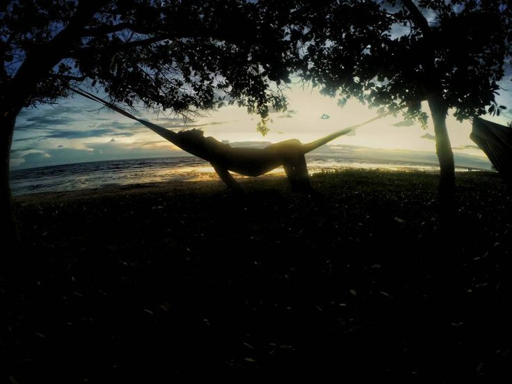 """Hammock"" ? Sebutan dari tempat tidur gantung atau dulu wktu masih kecil sering menyebutnya ""ayunan"" hehe hanya memerlukan 2 batang pohontiang atau tebing batu yg kuat utk menahan kemudian simpul dengan tali (webbing)  sangat berguna saat melakukan kegiatan diluar ruangan (outdoor)  Selamat menikmati senja  Salam gantung   #HTcontest #meteorahammock by @fatoniirawan"