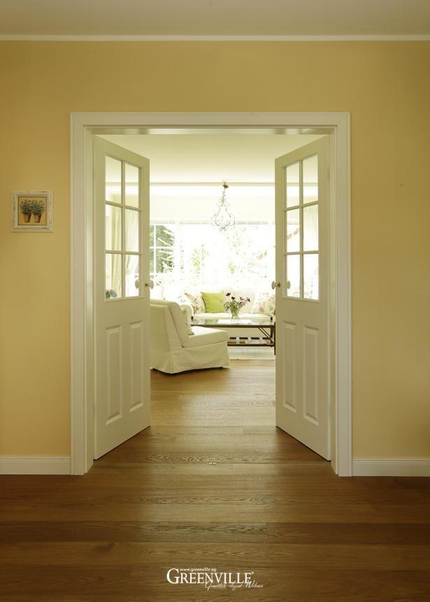 Die doppelte Flügeltür ist im unteren Bereich geschlossen. So hat man trotz Glas einen geschützten Bereich im Wohnzimmer.