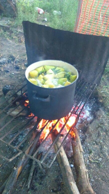 Cocinando humitas, preparación típica de verano en la zona central de Chile