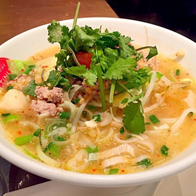 トマトの酸味が効いたスープが癖になる。 麺はきしめんの幅と同じくらいのビーフンです。 - 11件のもぐもぐ - トマトチャンノーイ麺 by fb8697450115942