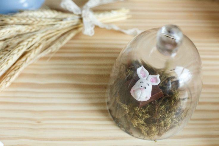 O bombom de chocolate ao leite e recheio de beijinho, decorado com coelho de pasta americana, é uma das guloseimas da mesa criada por Tathyana Abreu para a Páscoa. O doce é assinado pela empresa Pedacinho Agridoce