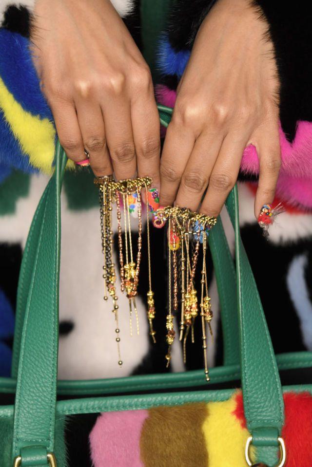 Piume e catenine dalle sfilate. La nail art in stile gipsy di Libertine