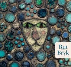 Rut Bryk (1916-1999) kuuluu Suomen taideteollisuuden kultakauden ihailtuihin mestareihin. Graafikoksi valmistunut taitelija sai 1942 ateljeen Arabian tehtaassa ja nousi nopeasti alansa huipulle. Herkkien satutunnelmien tulkista tuli abstraktin ilmaisun uudistaja. Kuudelle vuosikymmenelle ulottuvassa elämäntyössä heijastuu koko modernin taiteen tarina. Siinä peilautuu jälleenrakennusajan optimismi ja Suomen nousu länsimaiseksi teollisuusvaltioksi.