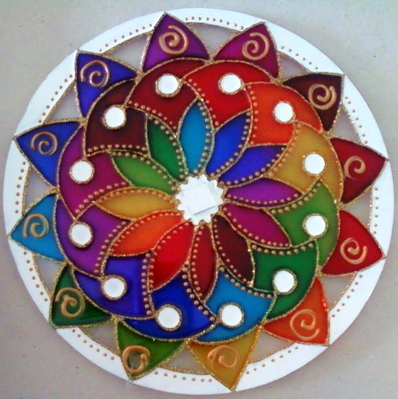 Mandala em acrílico de 15cm de diâmetro, pintura vitral, decorada em ambos os lados. R$ 27,00