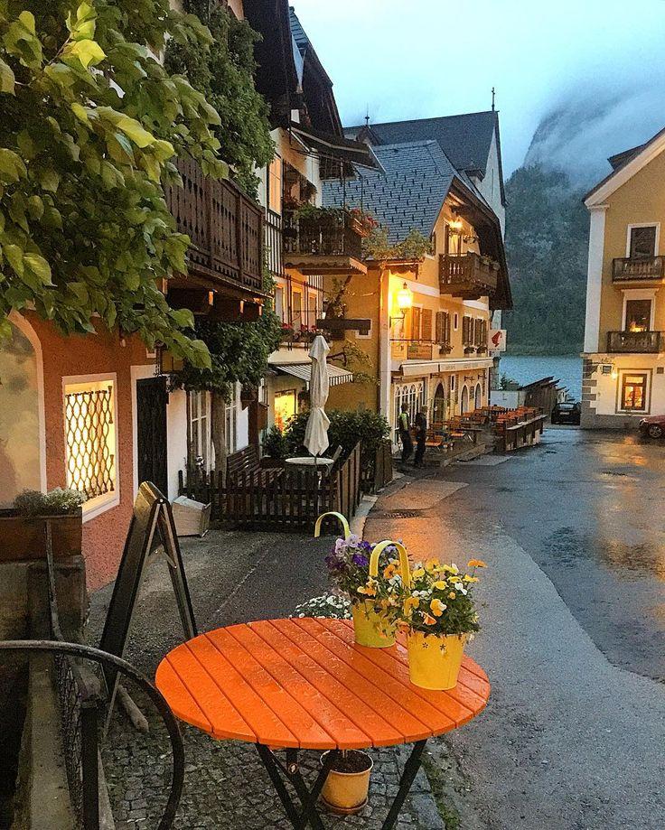 """ヨーロッパにある""""オーストリア""""という国をご存知ですか?戦後ドイツから分離して独立国となった国です。首都は音楽の都として有名なウィーンです。そんなオーストリアには世界一美しいと言われる湖畔の街があります。今回はその湖畔の街「ハルシュタット」をご紹介します。"""