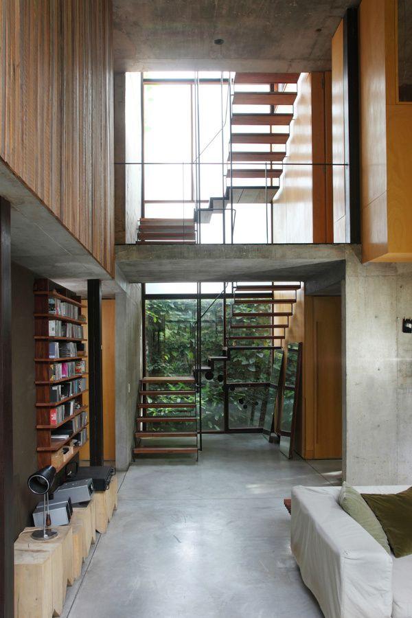 Una casa abierta al jardín #hogarhabitissimo #escalera