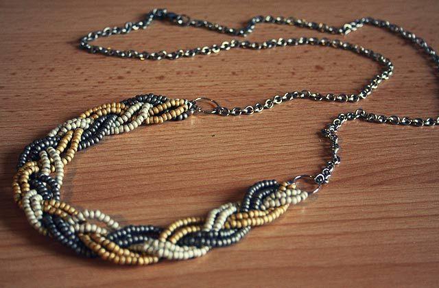 Voici un tuto photos pour réaliser très simplement un collier tressé avec de petites perles de rocaille. Un collier que vous pouvez adapter selon les tendances et les saisons, en choisissant des harmonies de couleurs différentes ! Ici j'ai opté pour une alliance anthracite / or / vert de gris clair, avec des perles mats. [...]