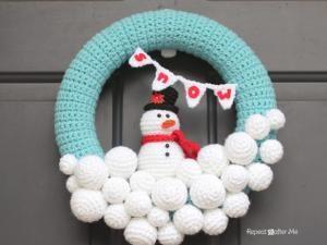 Et hop,On repart avec une couronne avec de la laine mais très différente de celle du 7 Décembre: —–Idée, Photo, Tuto ici:http://www.repeatcrafterme.com/2013/11/crocheted-snowball-wreath.html—–version française:http://translate.google.fr/translate?hl=fr&sl=en&tl=fr&u=http%3A%2F%2Fwww.repeatcrafterme.com%2F2013%2F11%2Fcrocheted-snowball-wreath.html&sandbox=1 - - 10 Décembre : Une couronne toute en douceur -